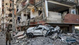 """یکی از ساختمان های تخریب شدۀ """"مسکن مهر"""" در زمین لرزۀ استان کرمانشاه"""