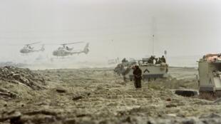 Des soldats saoudiens au Koweït, prenant par à l'assaut de la coalition contre l'Irak, lors du deuxième jour de la guerre du Golfe, le 25 février 1991.