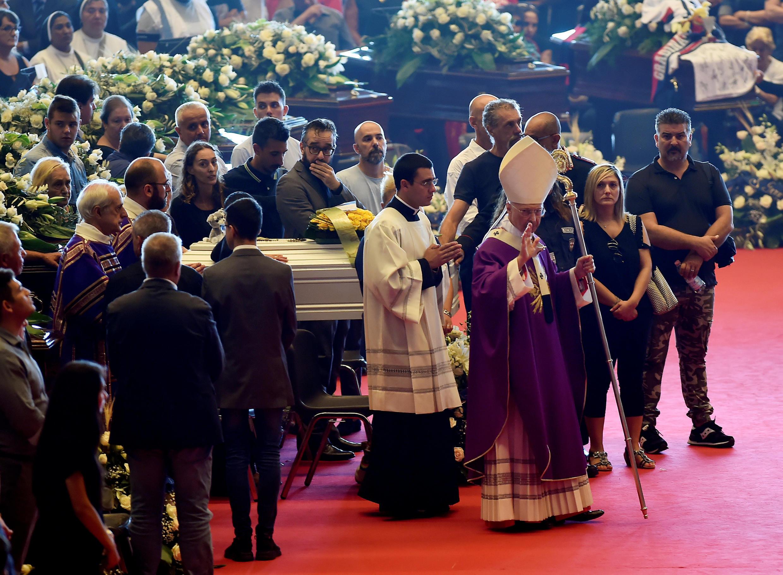 L'archevêque de Gênes, le cardinal Angelo Bagnasco, a célébré une messe, le 18 août 2018, en hommage aux victimes de l'effondrement du viaduc Morandi.