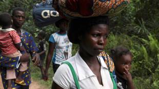 Des réfugiés de la Côte d'Ivoire en route vers le Grand comté de Gedeh, au Liberia oriental, le 23 mars 2011.
