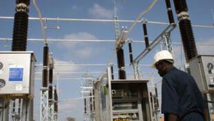 Un ouvrier devant un poste haute tension du réseau électrique de la Sénelec. Des bâtiments de la compagnie publique d'électricité ont été incendiés par des Sénégalais en colère, le 27 juin 2011