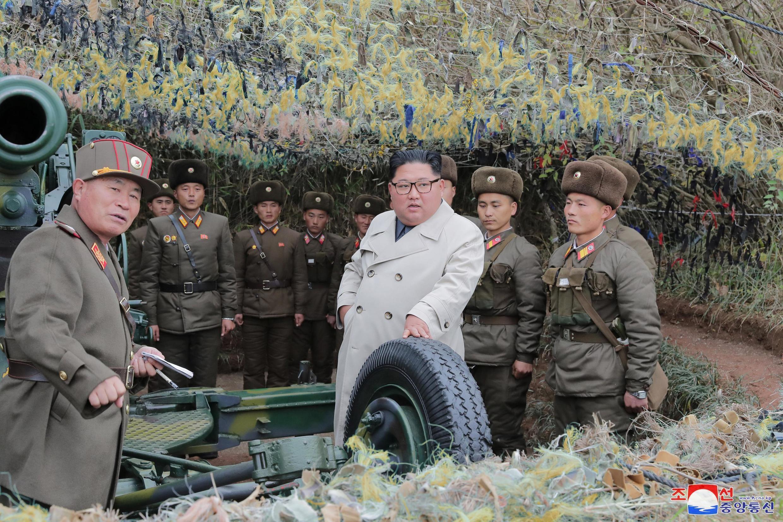 Lãnh đạo Bắc Triều Tiên Kim Jong Un (áo trắng)  thăm vị trí phòng thủ ở Changrindo, biên giới phía tây Bắc Triều Tiên, ngày 25/11/2019.
