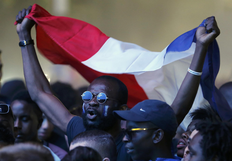 Des supporteurs lors de la 1/2 finale France/Allemagne dans une fan zone. Les autorités attendent plus de 500 000 personnes sur l'avenue des Champs-Elysées en cas de victoire des Bleus.