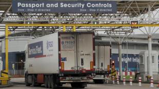 Brexit un camion passe les contrôles de douanes le 1er janvier 21 à Folkestone - Eurotunnel