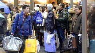 图为疑似中国游客在日本大肆购买物品照片