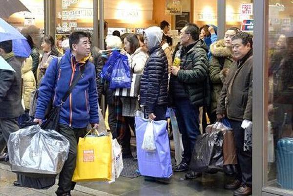 圖為疑似中國遊客在日本大肆購買物品照片