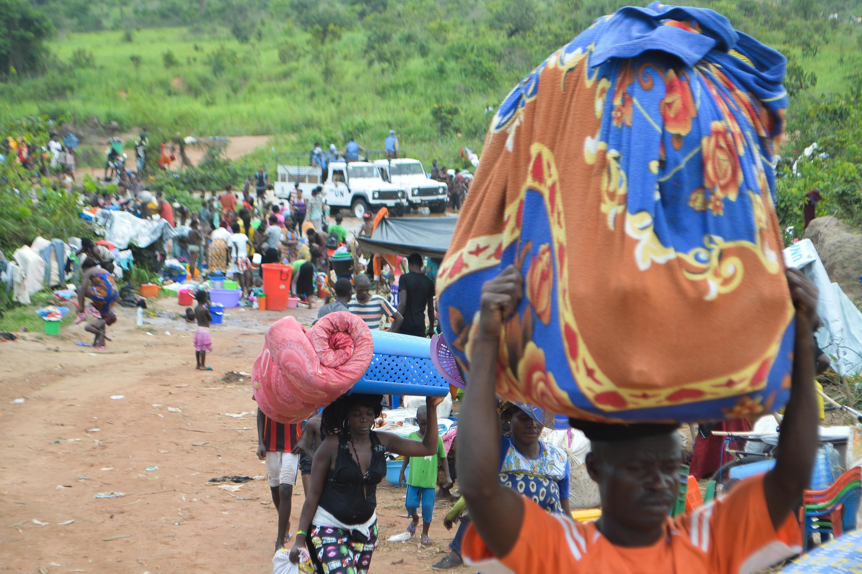 Cidadãos da RDC atravessam a fronteira entre Angola e RDC na localidade de Kamako.