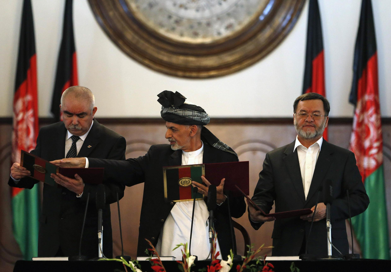 Rais Ashraf Ghani kati, makam wa kwanza wa rais Abdul Rashid Dostum kushoto na makam wa pili wa rais  Sarwar Danish  29.9.2014.
