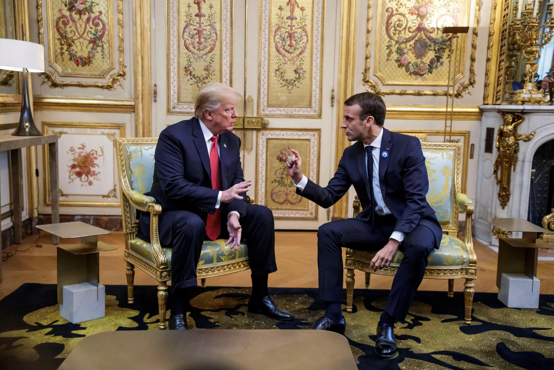 Tổng thống Mỹ Donald Trump trao đổi với tổng thống Pháp Emmanuel Macron (P) tại điện Eélysée, ngày 10/11/2018.