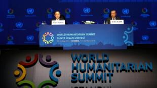 O presidente turco, Recep Tayyip Erdogan (à dir.), e o secretário-geral da ONU, Ban Ki-moon durante a abertura da Cúpula Mundial Humanitária em Istambul, Turquia.
