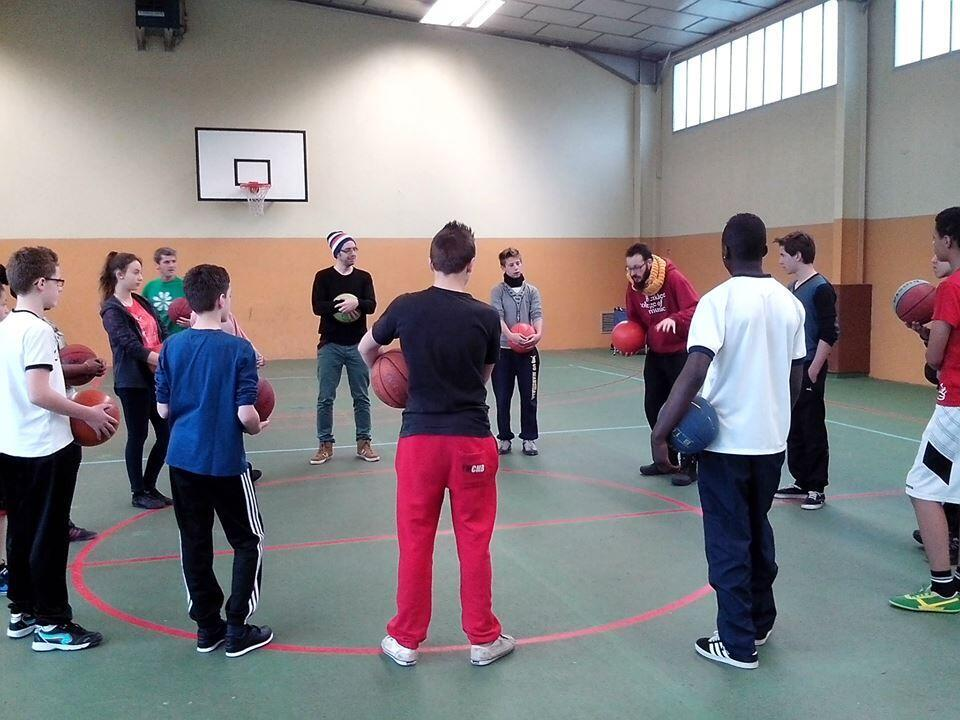 Teenagers at Alfred Sisley College in Moret-sur-Loing learn basketbeat