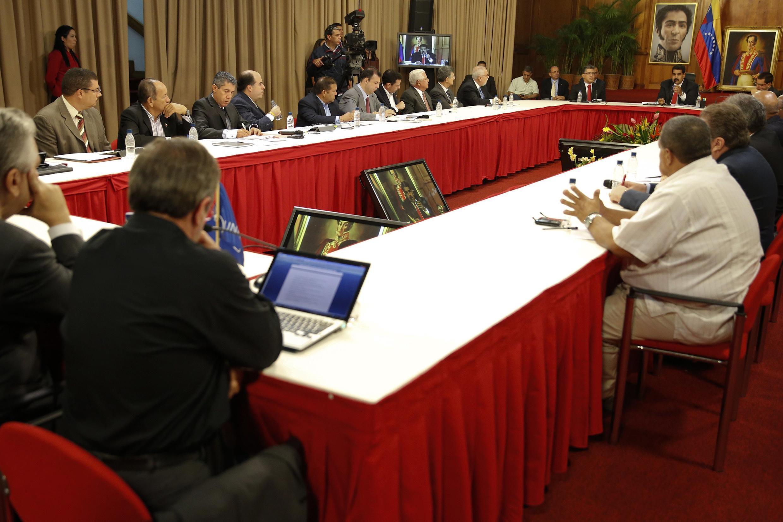 Primera reunión entre gobierno y oposición, el pasado 10 de abril de 2014.
