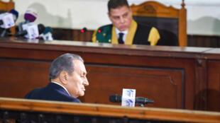 L'ex-président egyptien Hosni Moubarak témoigne devant le juge Mohammed Shirin Fahmi à propos du soulèvement populaire 2011.