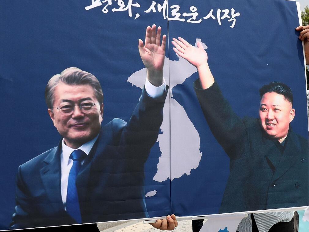 朝鮮最高領導人金正恩與韓國總統文在寅的宣傳畫