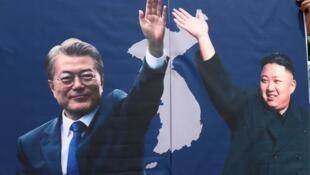 朝鲜最高领导人金正恩与韩国总统文在寅的宣传画