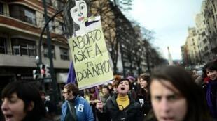 Pancarte «Avortement libre et gratuit» lors d'une manifestation pro-avortement, à Bilbao, le 21 décembre 2013.