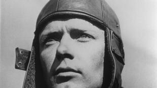 Le pilote américain Charles Lindbergh et son fameux bonnet.