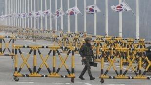 Soldado sul-coreano patrulha região limítrofe entre a Coreia do Sul e seu vizinho do norte, nesta sexta-feira, 5 de abril de 2013.
