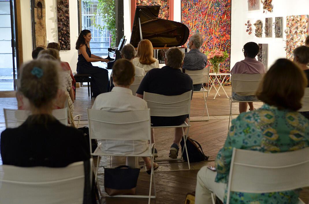 Solène Péréda, pianiste, mettait en avant des compositrices du XIXe siècle, dont Louise Farrenc, lors des Journées du matrimoine 2020 à Paris.
