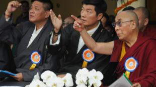 Lobsang Sangay (G), actuel Premier ministre du gouvernement tibétain en exil, Penpa Tsering, actuel président du Parlement en exil, tous deux candidats à la primature, et le Dalaï Lama (D), en 2012.