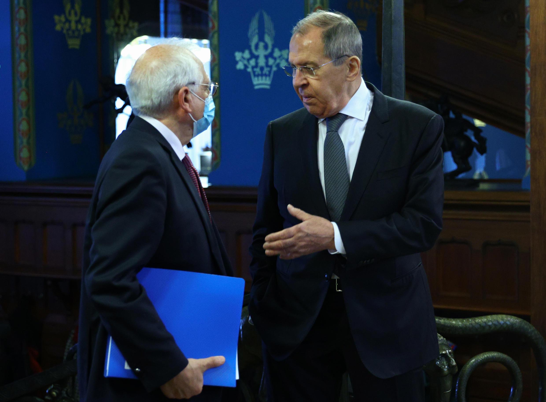 Josep Borrell (à g.) face à Sergeï Lavrov, le 5 février 2021 à Moscou. La Russie a annoncé l'expulsion de trois diplomates européens en même temps que la visite de l'émissaire des Vingt-Sept.