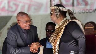Le président sud-africain Jacob Zuma (G) et le roi zoulou Goodwill Zwelithini (D).