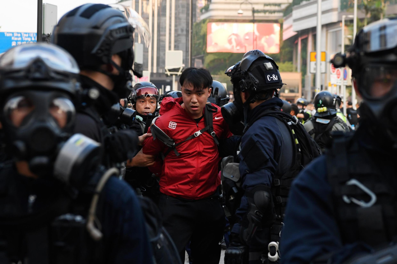 """Un manifestant est arrêté par la police anti-émeute lors du rassemblement """"N'oublions jamais"""" à Kowloon à Hong Kong, le 1er décembre 2019."""
