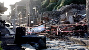 A escola de gladiadores parcialmente desabada em novembro de 2010.