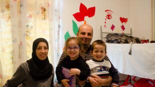 La famille Aissa dans une chambre du centre d'hébergement.