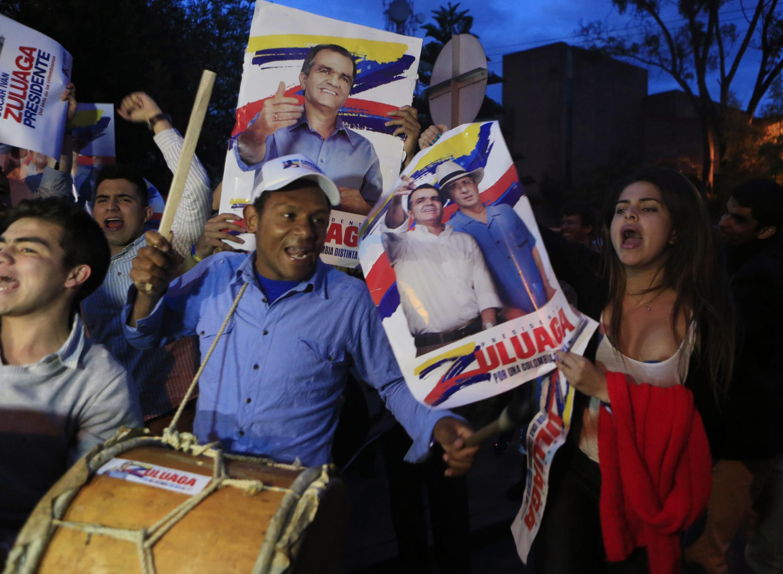 Partidarios del candidato Oscar Iván Zuluaga manifiestan en Bogotá antes del debate televisado de los dos candidatos, el 22 de mayo de 2014.