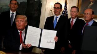 Tổng thống Mỹ Donald Trump cho xem biên bản ghi nhớ vừa ký yêu cầu điều tra thương mại Trung Quốc. Ảnh ngày 14/08/2017.