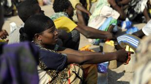 Djibouti, en 2010. Des Ethiopiens attendent l'arrivée de bateaux pour passer au Yémen.