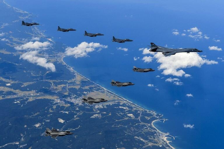 Tiêm kích Mỹ và Hàn Quốc bay trên không phận bán đảo Triều Tiên, ngày 18/09/2017 (Ảnh do bộ Quốc Phòng Mỹ công bố ngày 23/09/2017)