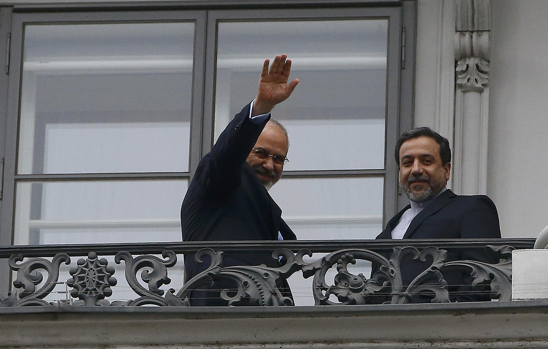 عباس عراقچی و جواد ظریف در یکی از بالکنهای هتل محل مذاکرات هستهای ایران در وین