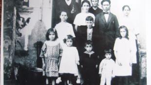 Les parents de Gérard Tchang avec les enfants.