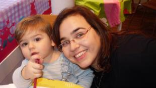 La estadounidense Sarah con su hijo Oscar.