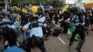Polícia dispersa protesto pela força