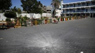 Un cratère au milieu de la cour de l'école de l'ONU à Beit Hanoun, cible de l'armée israélienne, ce jeudi 24 juillet.