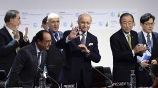 François Hollande, Laurent Fabius et Ban Ki-moon, au Bourget, le 12 décembre 2015.