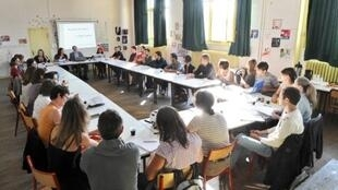 Des enseignants réunis dans une salle du collège, Lucie Aubrac, à Paris, le 2 septembre 2011.