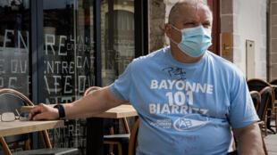 Henri Mançon, supporter de l'Aviron de 65 ans, à la terrasse d'un café du centre de Bayonne le 10 juin 2021