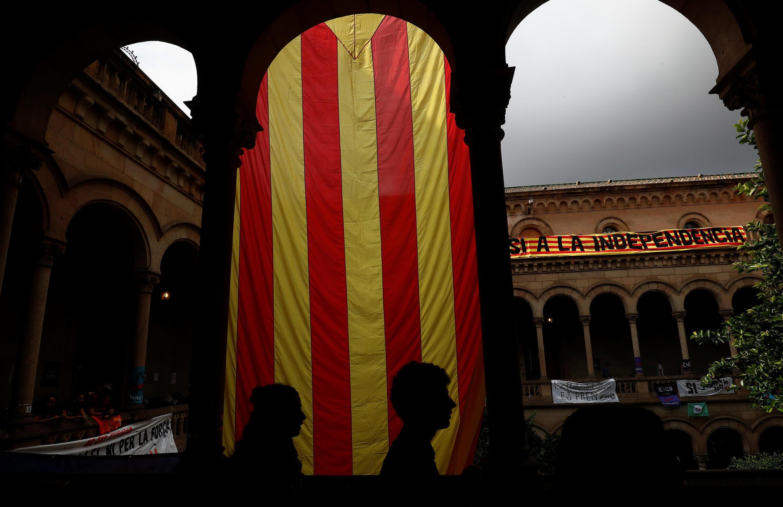 Un drapeau séparatiste catalan est déployé à l'Université de Barcelone, en vue du référendum du 1er octobre 2017.