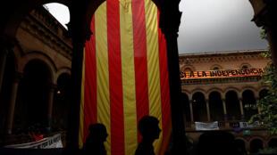 Un drapeau séparatiste catalan est déployé à l'université de Barcelone, en vue du referendum du 1er octobre 2017.