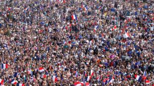 تجمع هواداران تیم فرانسه در پاریس قبل از شروع بازی فینال جام جهانی