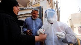 Opération de dépistage dans une rue de Bagdad, le 21 mai 2020.