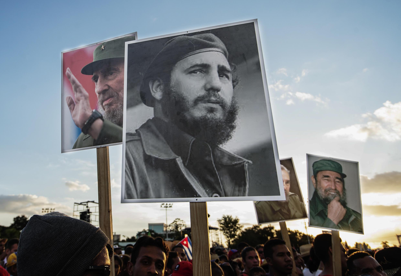 Umati wa watu ukikuja kutoa heshima zamwisho kwa Fidel Castro, Desemba 3, 2016 katika mji wa Santiago de Cuba, ambapoalizikwa mwanamapinduzi wa mwaka 1959.