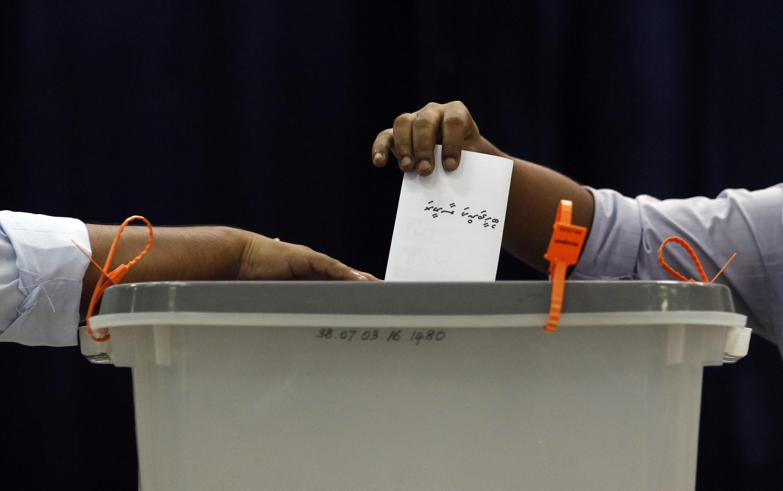 Un électeur dépose son bulletin dans l'urne, dans un bureau de vote de Malé, lors du premier tour de l'élection présidentielle, le 7 septembre 2013.