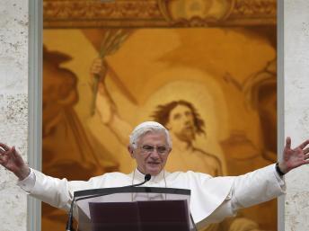 Le pape Benoît XVI lors de la prière de l'Angélus le 26 août 2012.