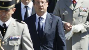 Президент Франции Франсуа Олланд (в центре) и министр обороны Жан-Ив Ле Дриан (второй слева) 11 августа 2012 г.