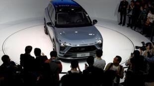 上海車展上中國一個電動汽車初創公司的展台 2019年4月19日